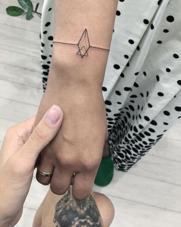 фото татуировка в виде браслета для девушек 2018