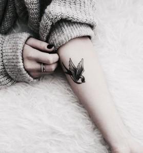 Татуировка птица на руке