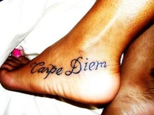 татуировки с надписями capre diem на ноге фото смотреть