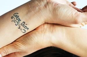 татуировка carpe diem на запястьи фото