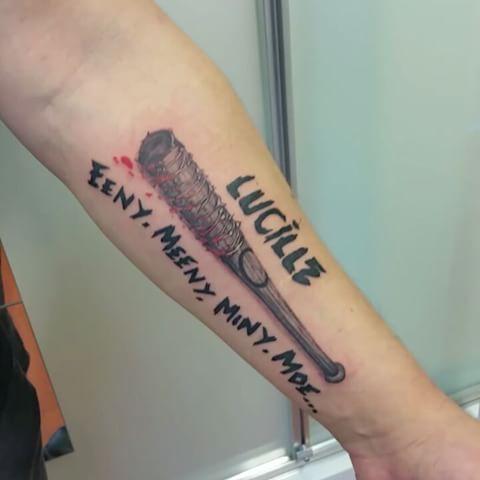 фото татуировки люсиль нигана из ходячих мертвецов