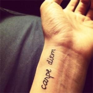 фото татуировки carpe diem на запястье