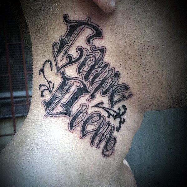 фото татуировка carpe diem на шее