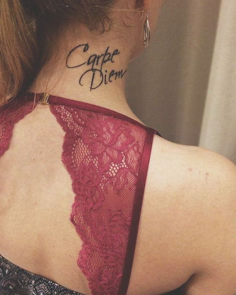 татуировка carpe diem на шее фото