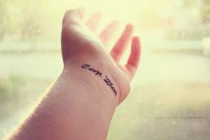 Татуировка carpe diem на запястье фото