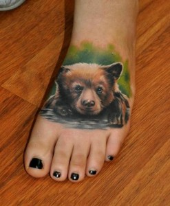 красивая татуировка медведь на ноге