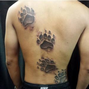 мужская татуировка лапы медведя на спине