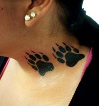татуировка медвежья лапа на шее