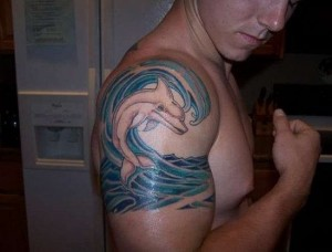 тату дельфин на плече мужская