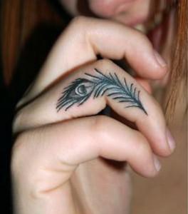 скромная миниатюрная татуировка перо на пальце руки