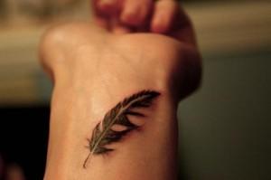 скромная татуировка перо на запястье