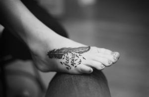 татуировка перо а ноге для девушки