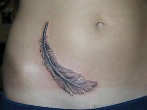 татуировка перо на животе для девушки