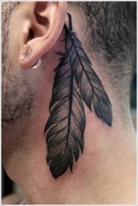 татуировка перо за ухом мужская