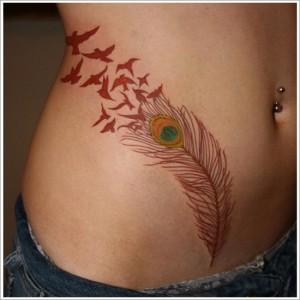 женская цветная татуировка в виде пера - сексуально