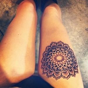 татуировка цветы подсолнух на бедре
