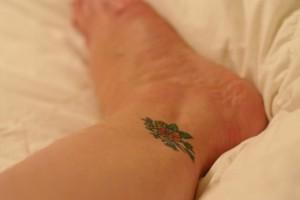 фото татуировка цветы на ноге