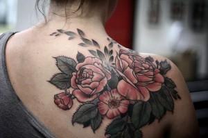 фото красочное тату цветы на спине