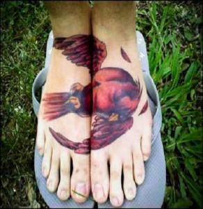 интересная татуировка с птицей на ногах