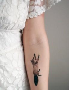 татуировка бегущая лиса на руке