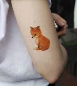 женская татуировка лиса на руке