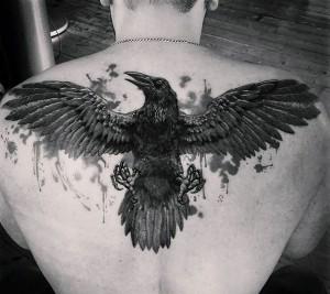 тату ворон на спину для парня