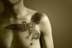 татуировка с вороном на грудь для парня