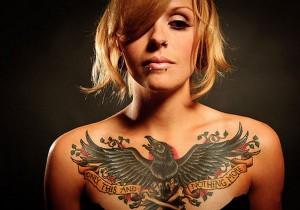 сексуальная татуха ворон для красавиц на грудь
