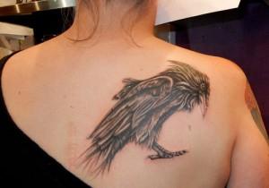 татуировка ворон на спине женская