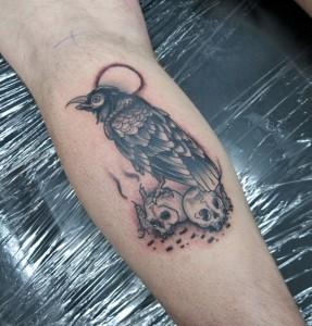 татуировка ворон на черепах
