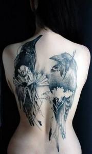 татуировка ворон женская на всю спину