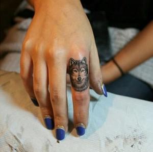 Татуировка волк на пальце